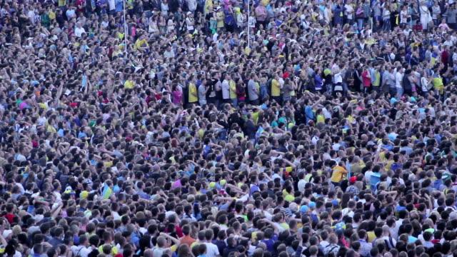 Gran-multitud-de-personas-no-reconocibles-de-una-gran-cantidad-de-fanáticos-del-fútbol-fútbol