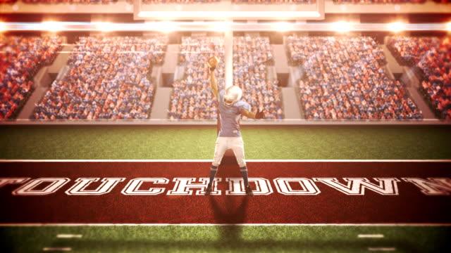 Jugador-de-fútbol-americano-triumphing-con-aumento-de-los-brazos