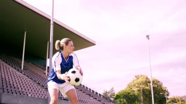 Lanzar-bola-jugador-de-fútbol