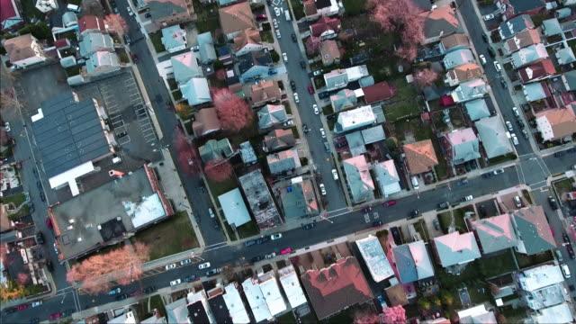 Cliffside-Park-NJ-arriba-vuelo-sobre-casas-al-atardecer