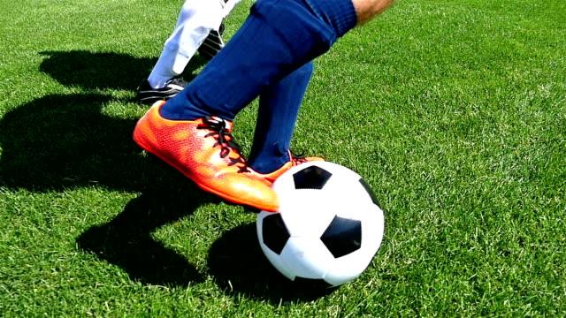 Futbolista-hacer-trucos-para-evitar-que-el-defensor-cámara-lenta