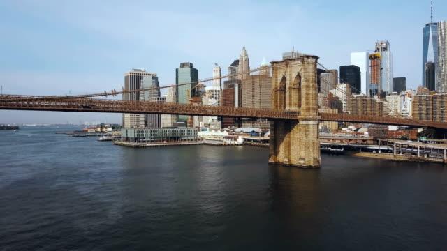 Luftbild-von-der-Innenstadt-in-New-York-Amerika-Drohne-fliegen-unter-der-Brooklynbridge-über-den-East-river
