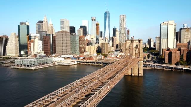 Luftbild-von-der-Brooklynbridge-Manhattan-in-New-York-Amerika-über-den-East-River-in-sonnigen-Tag