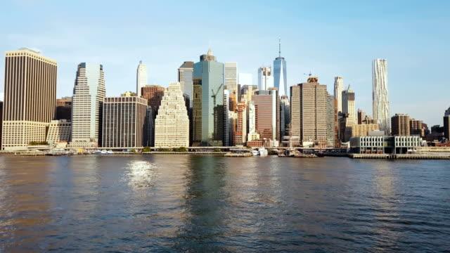 Vista-aérea-de-la-famosa-ciudad-de-Nueva-York-Estados-Unidos-Distrito-de-negocios-de-Manhattan-Drone-volando-bajo-sobre-el-East-river-y-el-muelle