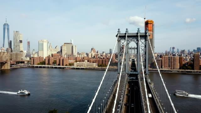 Blick-auf-Manhattan-Bridge-in-New-York-Amerika-Drohne-fliegen-über-den-East-River-Boot-fahren-durch
