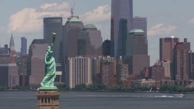 Vista-aérea-de-la-estatua-de-la-libertad-y-Manhattan-
