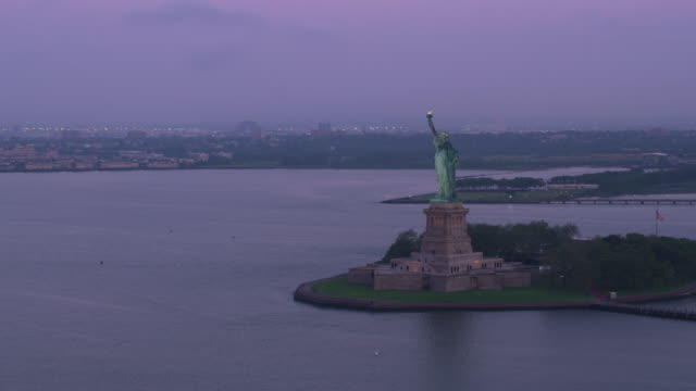 Wide-orbit-of-Statue-of-Liberty-in-early-morning-