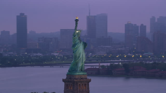 Orbit-Statue-of-Liberty-to-reveal-Manhattan-on-foggy-morning-