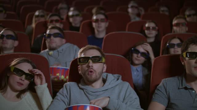 Espectadores-en-gafas-3D-filtran-flm-miedo-mirar-Audiencia-en-cine-3d