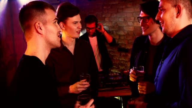 Junggesellenabschied-in-einem-Nachtclub