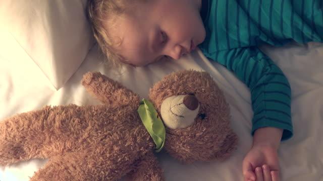 Kleine-Jungen-und-Teddy-Bär-Spielzeug-schlafen-Upside-Down-