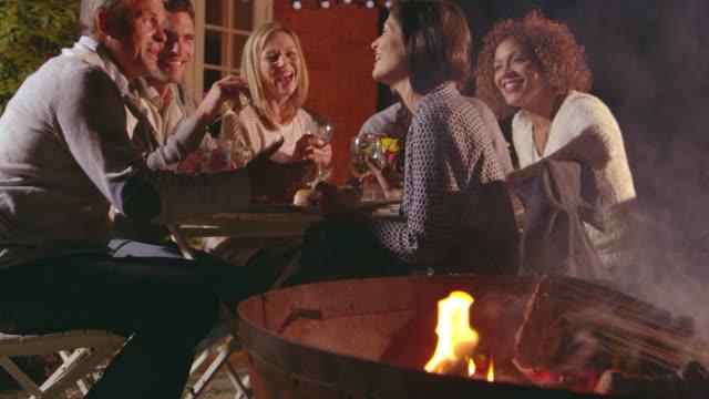 Ältere-Freunde-genießen-Mahlzeit-im-Freien-Schuss-auf-R3D