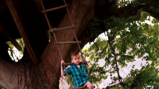 Raza-mixta-Grupo-de-niños-en-escalera-de-cuerda-de-árbol