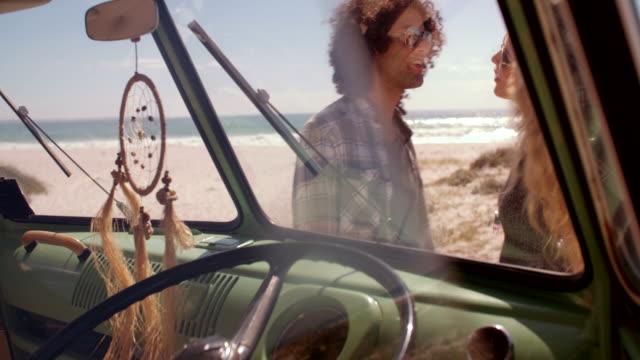 Hipster-paar-umarmen-vor-einem-Sandstrand
