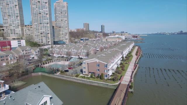Antena-sur-sobrevolar-interior-condominios-en-el-Condado-de-Hudson-River-Road-NJ
