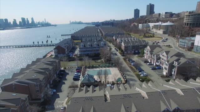 Volar-hacia-atrás-sobre-condominios-en-camino-Nueva-Jersey-del-río-Hudson-County-Condado-de-Bergen