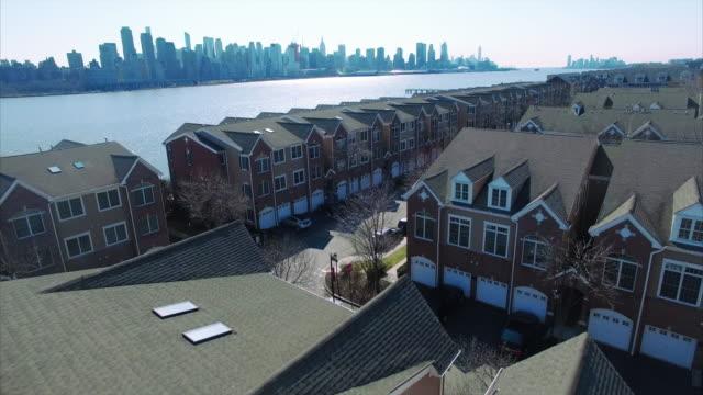 Volar-hacia-delante-sobre-condominios-en-camino-Nueva-Jersey-del-río-Hudson-County-Condado-de-Bergen
