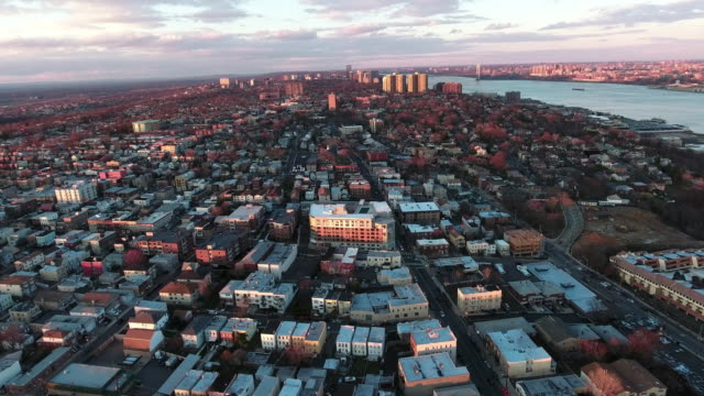 Cliffside-Park-NJ-tiro-aéreo-de-edificios-en-el-vuelo-al-atardecer-Uptown