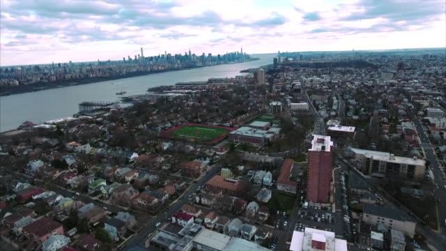 Cliffside-Park-NJ-Flyover-tiro-de-edificios-va-hacia-Manhattan-Downtown
