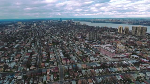 Cliffside-Park-NJ-Flyover-de-edificios-hacia-puente-de-GW