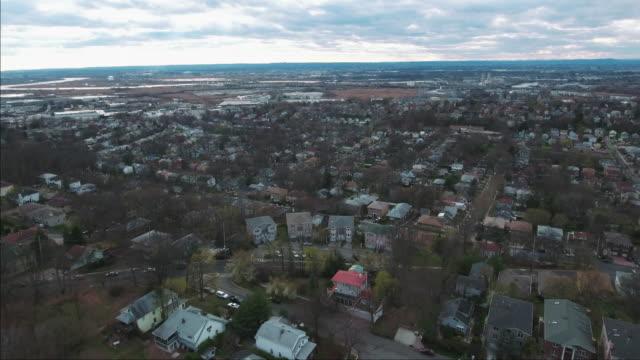 Cliffside-Park-NJ-Flyover-tiro-de-casas-con-cielo-parcialmente-nublado