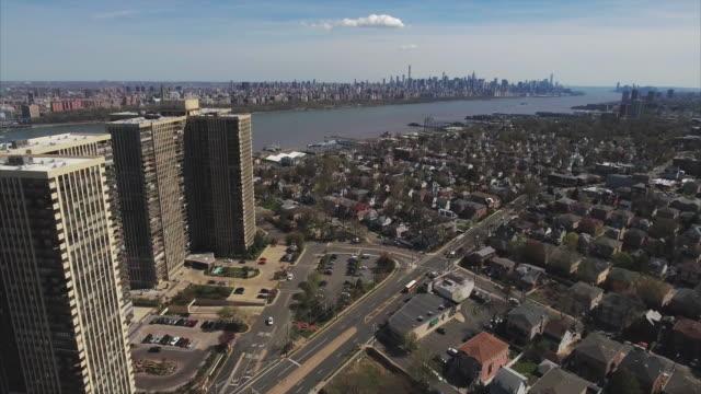 Cliffside-Park-NJ-antena-ve-hacia-atrás-de-los-edificios-de-apartamento-con-intersección