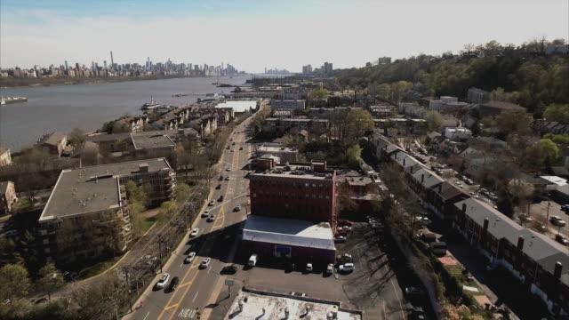 Toma-aérea-Cliffside-Park-de-la-calle-con-el-río-Hudson-y-Manhattan-en-la-vista