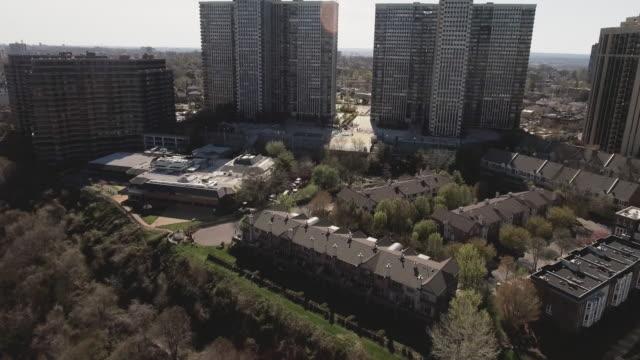 Cliffside-Park-NJ-Flyover-árboles-hacia-complejos-de-apartamentos