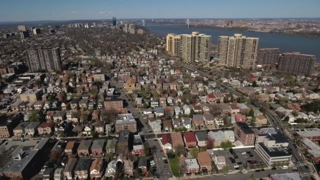 Cliffside-Park-NJ-vuelo-sobre-casas-a-edificios-de-apartamentos
