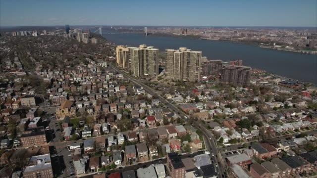 Cliffside-Park-NJ-volar-hacia-atrás-viendo-casas-y-complejos-de-apartamentos