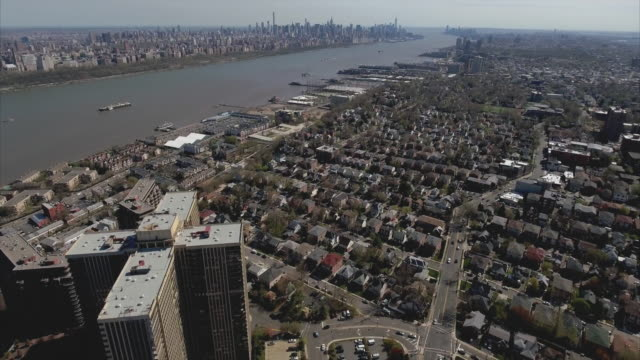 Cliffside-Park-NJ-arriba-aéreo-cruzan-la-parte-superior-de-la-foto-en-forma-de-alto-se-levanta