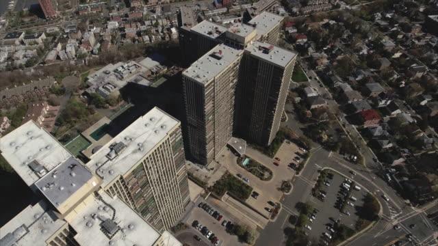 Cliffside-Park-NJ-puente-aéreo-de-dos-complejos-de-apartamentos