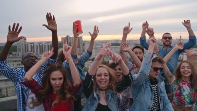Unbeschwerte-junge-Menschen-feiern-Nonstop-auf-Dach