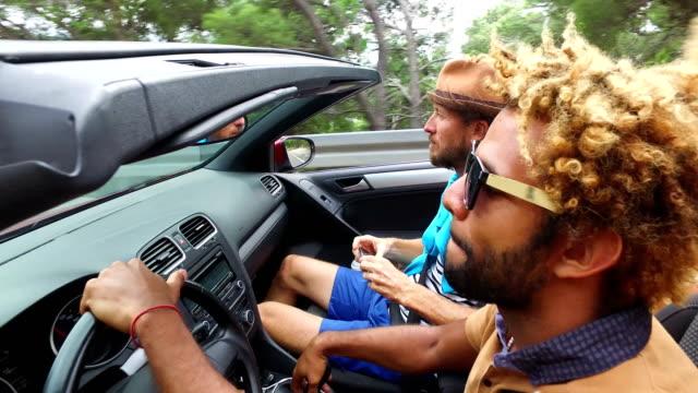 Spiegel-Rückansicht-des-schöne-schwarze-Männer-seine-Freunde-im-Cabrio-fahren