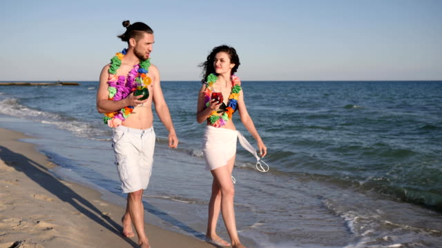 barfuß-am-Sandstrand-Fuß-paar-in-Liebe-trinken-farbige-Cocktails-romantische-Reise-Hawaii-Glück-Leute-im-resort