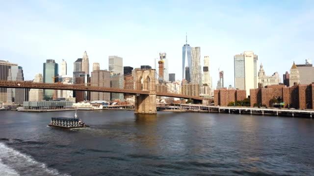 Vista-aérea-del-puente-de-Brooklyn-a-Manhattan-en-Nueva-York-América-Mosca-zángano-bajo-el-puente-a-través-del-East-river