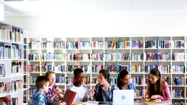 Escolares-que-estudian-en-la-biblioteca-de-4k
