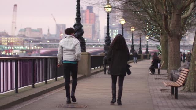 Rückansicht-des-Paares-zu-Fuß-entlang-dem-Südufer-auf-Besuch-in-London