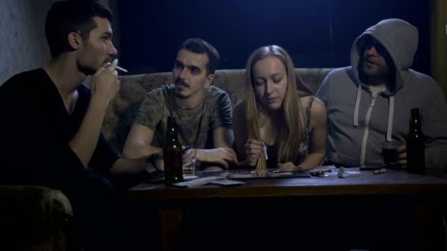 Adictos-pasando-billete-por-cocaína-entre-sí