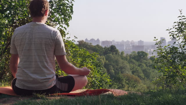 deportista-disfrutar-de-naturaleza-y-paisaje-urbano