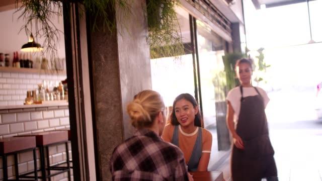 Junge-multi-ethnischen-Hipster-Frauen-reden-und-Relaxen-im-modernen-café