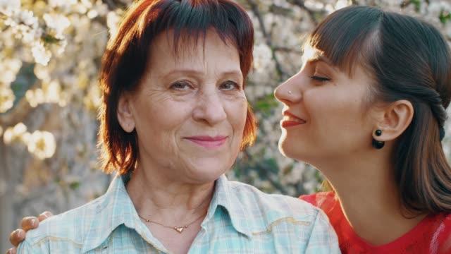 Hija-besando-a-su-anciana-madre