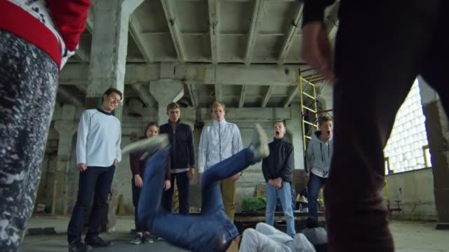 Niño-breakdance-para-los-amigos