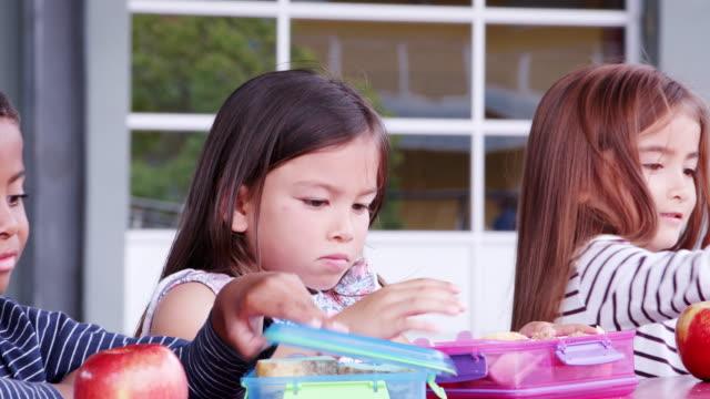 Cerca-de-la-escuela-primaria-los-niños-comer-en-el-almuerzo-