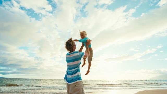 Hijo-de-padre-que-se-divierten-en-la-playa