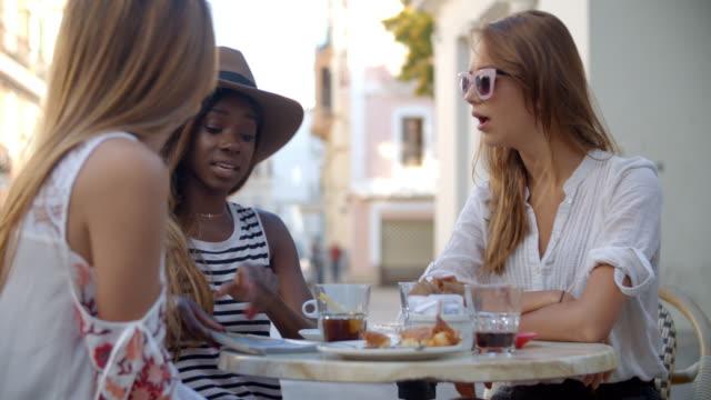 Tres-amigas-hablar-sobre-bebidas-fuera-café-Ibiza