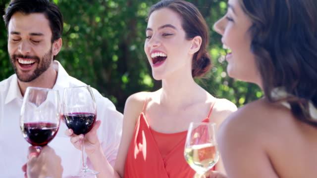 Gruppe-von-Freunden-Toasten-Weingläser