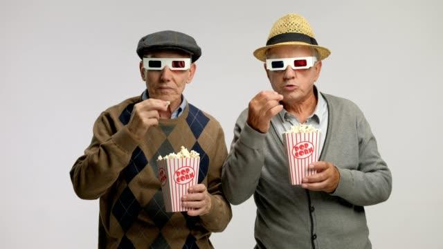 Personas-mayores-con-gafas-3D-y-palomitas-de-maíz-que-miedo