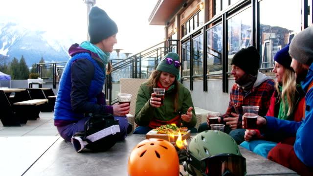 Freunde-die-Interaktion-während-Toasten-ein-Glas-des-Getränks