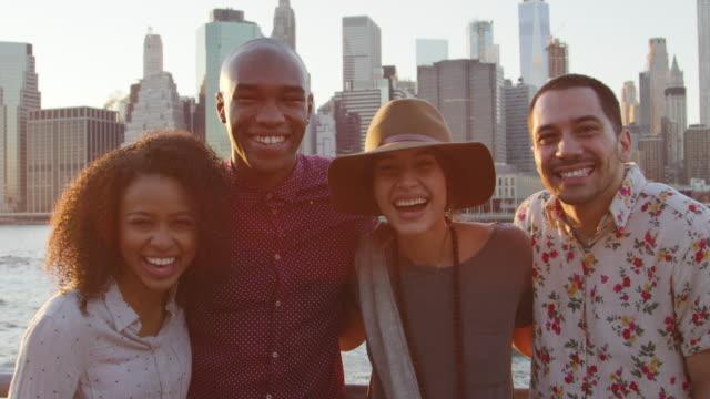 Porträt-von-Freunden-vor-Manhattan-Skyline-bei-Sonnenuntergang